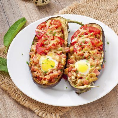 Запеченные баклажаны, фаршированные помидорами и ветчиной - рецепт с фото