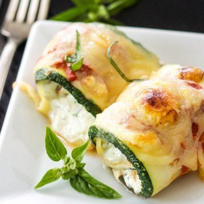 Рулетики из кабачков, фаршированные курицей и сыром - рецепт с фото