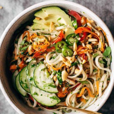 Азиатский салат с рисовой лапшой и овощами - рецепт с фото