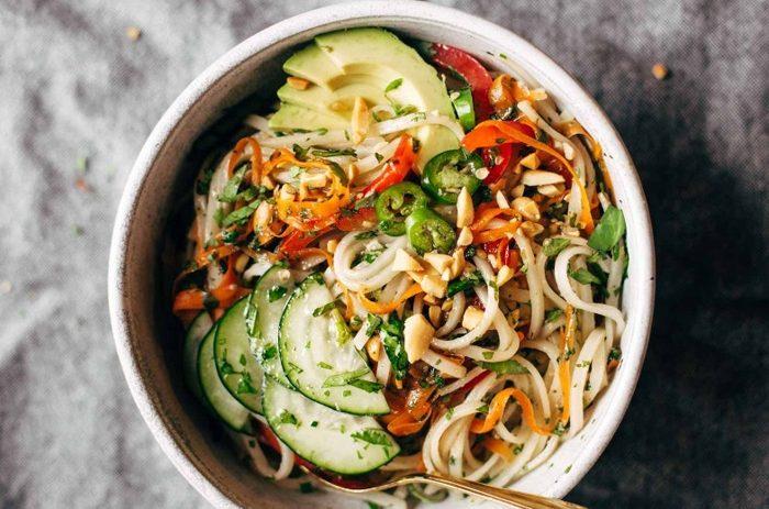 Азиатский салат с рисовой лапшой и овощами