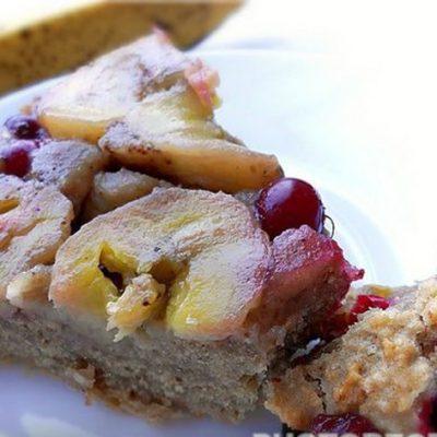 Банановый пирог с клюквой из сухарей - рецепт с фото
