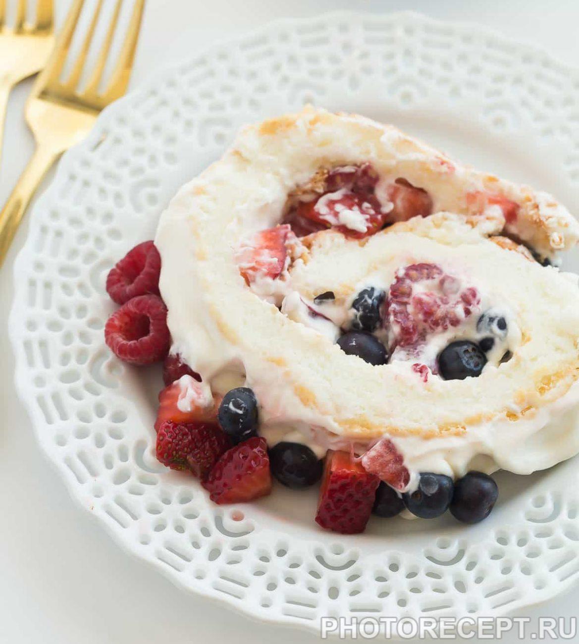 Белковый рулет с ягодами и взбитыми сливками