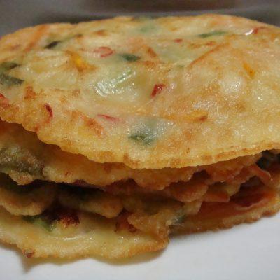 Cытные оладьи из форели и морепродуктов с зеленью - рецепт с фото