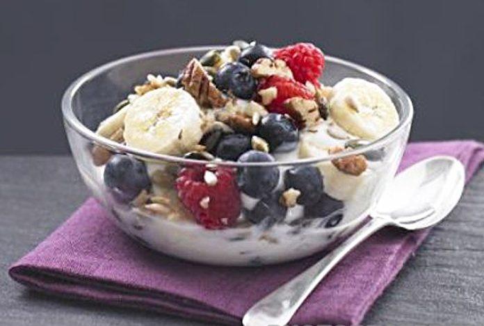 Десерт из мюсли и ягод с йогуртом