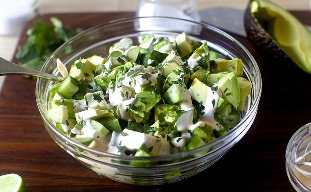 Диетический овощной салат с авокадо и огурцами
