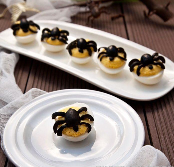 Фаршированные яйца с тунцом на Хеллоуин