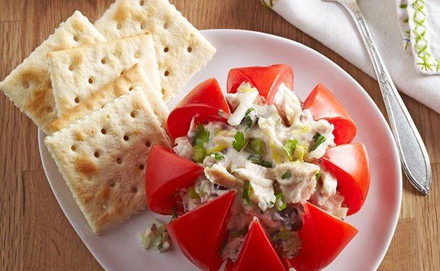 Фаршированный помидор салатом из тунца с сельдереем