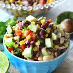 Фасолевый мексиканский салат с авокадо, кукурузой и перцами