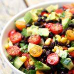 Фасолевый мексиканский салат с огурцами и авокадо