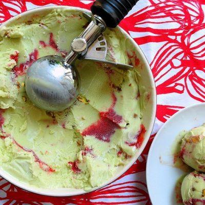 Фисташковое мороженое с клубничным пюре - рецепт с фото