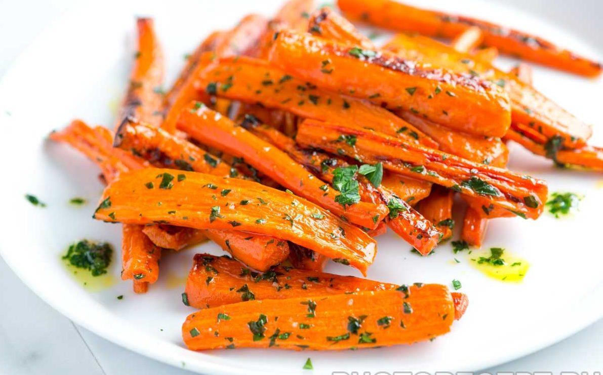 Морковь карамелизованная с зеленью и лимоном-гарнир