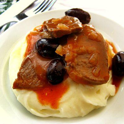 Говяжий язык, запеченный с маслинами в горшочке - рецепт с фото