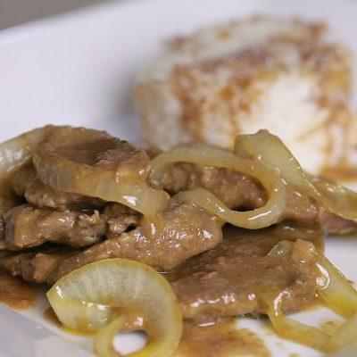 Говяжья печень с луком в сметане - рецепт с фото