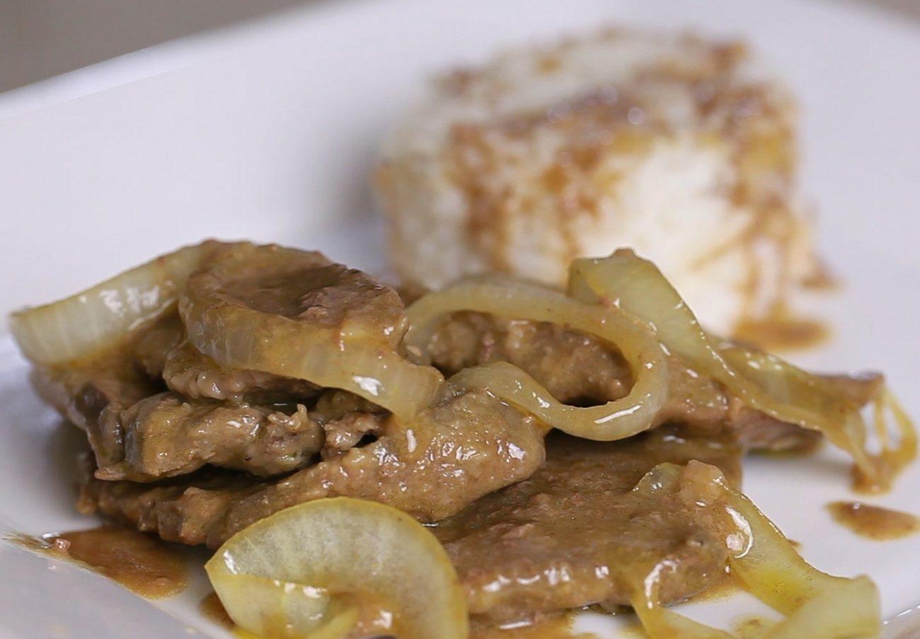 Говяжья печень с луком в сметане