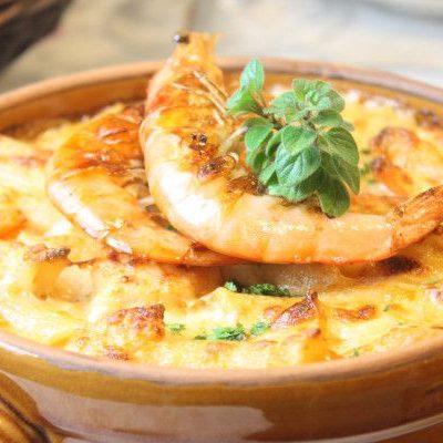 Гратен с луком и креветками под сырной корочкой - рецепт с фото
