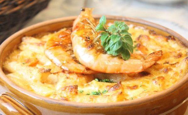 Гратен с луком и креветками под сырной корочкой