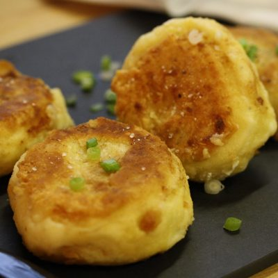 Картофельные котлеты с зеленым луком - рецепт с фото