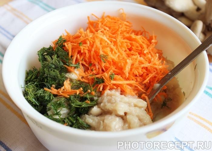 Фото рецепта - Куриные котлеты с грибами и морковью - шаг 2