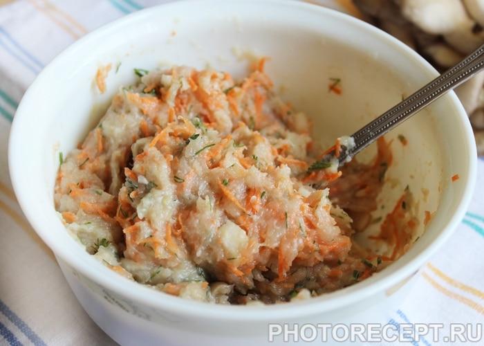 Фото рецепта - Куриные котлеты с грибами и морковью - шаг 3