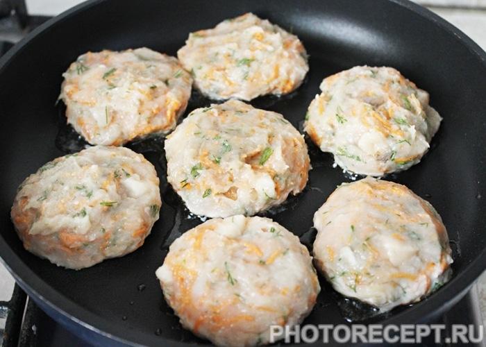 Фото рецепта - Куриные котлеты с грибами и морковью - шаг 4