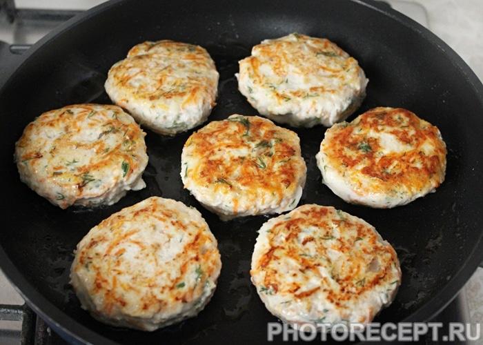Фото рецепта - Куриные котлеты с грибами и морковью - шаг 5