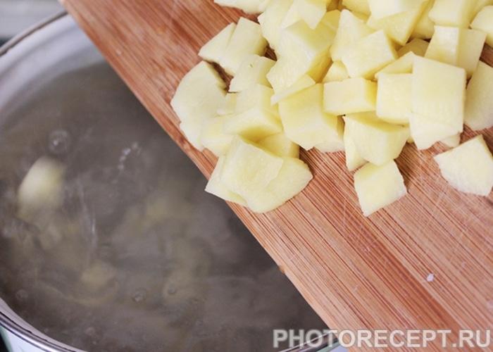 Фото рецепта - Куриный суп с гречкой и сыром - шаг 1