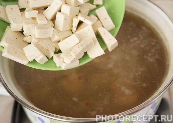 Фото рецепта - Куриный суп с гречкой и сыром - шаг 4
