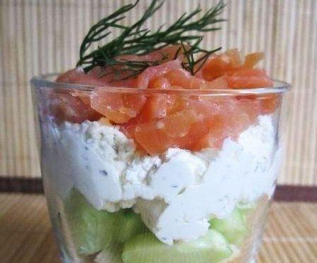 Легкая огуречная закуска с творожной начинкой и рыбой