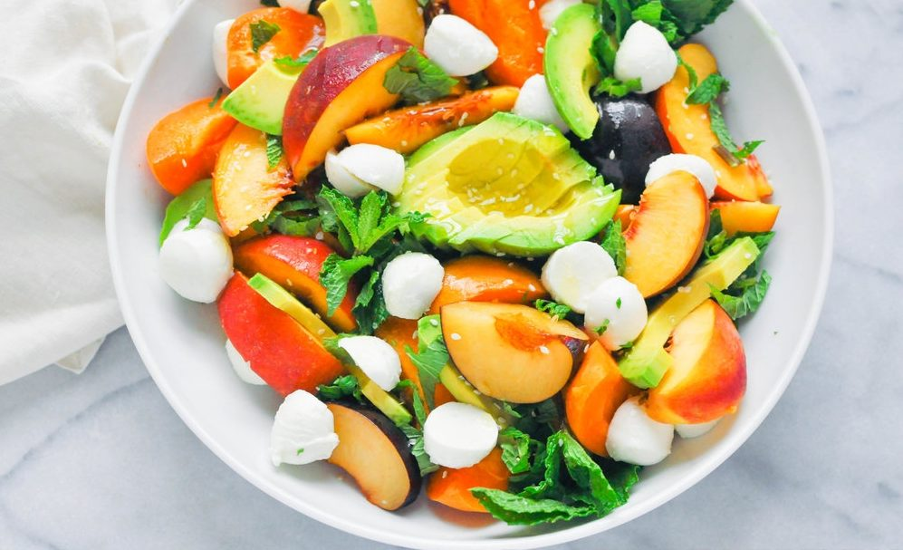Летний фруктовый салат с авокадо и сыром