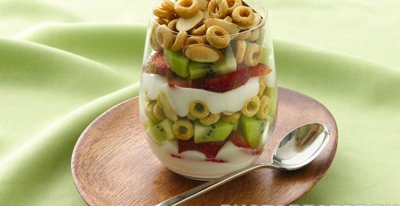 Летний завтрак из свежих фруктов, творога и пудинга
