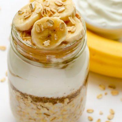 Малокалорийный овсяный десерт с йогуртом и бананом - рецепт с фото