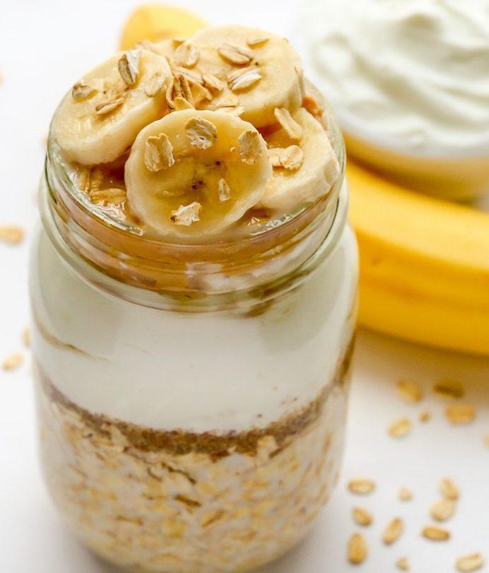 Малокалорийный овсяный десерт с йогуртом и бананом
