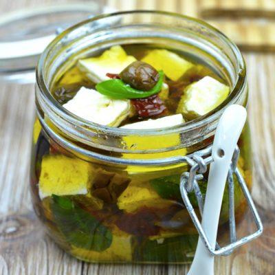Маринованный сыр фета с зеленым базиликом - рецепт с фото