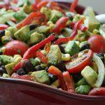 Мексиканский салат с фасолью, авокадо и черри