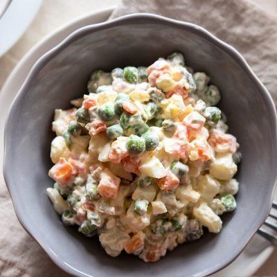 Овощной салат с кальмарами, яйцами и горошком - рецепт с фото