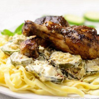 Паста с цукини и жареными куриными ножками - рецепт с фото