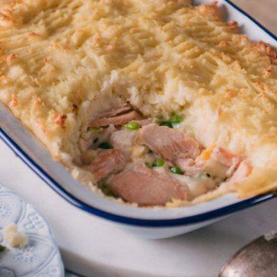 Пирог с консервированной рыбой - рецепт с фото