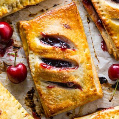 Пирожки с вишней из слоеного теста - рецепт с фото