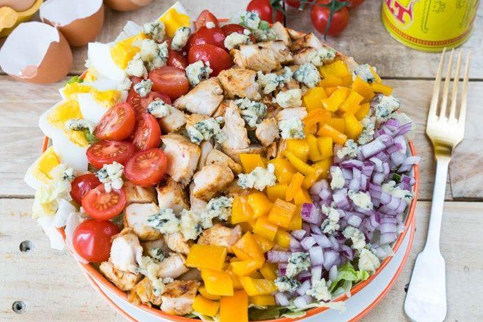 Праздничный салат с овощами и курицей