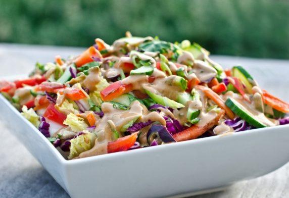 Пестрый салат из капусты, сладкого перца и огурцов