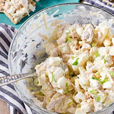 Салат из куриной грудки с яйцами и солеными огурцами - рецепт с фото