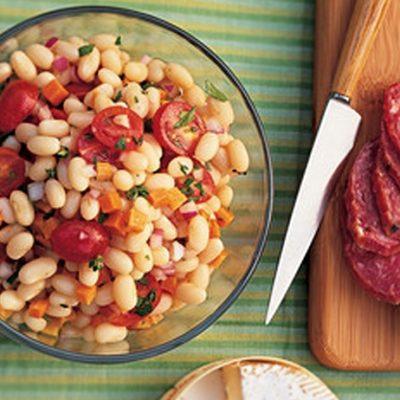 Салат с белой фасолью, морковью, томатами и колбаской - рецепт с фото
