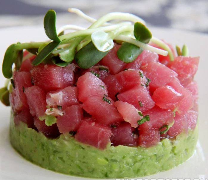 Салат с форелью и пюре из авокадо