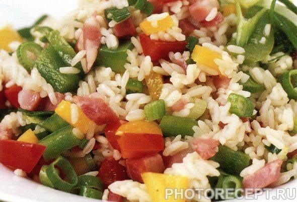 Салат с ветчиной, рисом и овощами