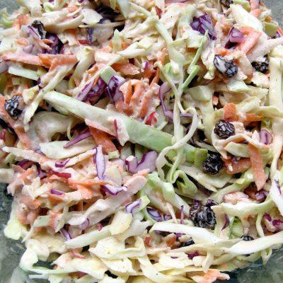 Салат витаминный капустный с изюмом и яблоками - рецепт с фото