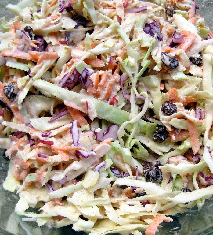 Салат витаминный капустный с изюмом и яблоками