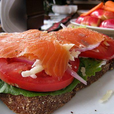 Сэндвичи с творогом, копченым лососем и помидором - рецепт с фото