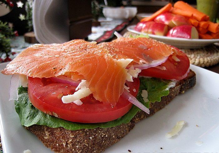 Сэндвичи с творогом, копченым лососем и помидором