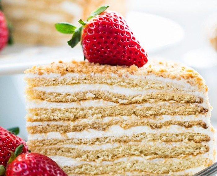 Слоеный торт из коржей со сливочно-сгущенным кремом