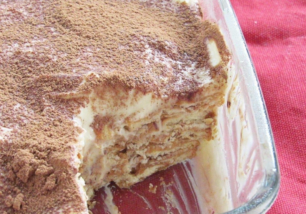 Слоеный торт с печеньем и кремом из сгущенки без выпечки